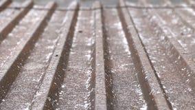 天气、降雨雪和冷的季节概念 大雪阵雨 在用雪盖的房子的屋顶的看法通过a 影视素材
