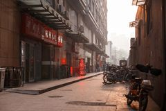 天津,中国- 4月13 :在日落背景的中国街道 库存图片
