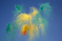 天烟花由彩色烟幕制成 免版税库存图片