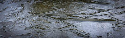 天然冰几何 从黑暗的钢颜色池塘的冰冷的表面的抽象背景  免版税图库摄影