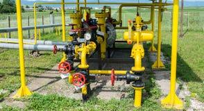 天然气分配中心在一明亮的好日子 免版税库存照片