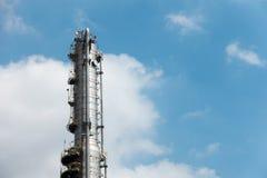 天然气厂的处理专栏有蓝天背景 库存照片