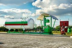 天然气在汽车加油站的汽油箱 库存照片
