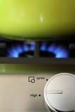 天然气火炉拨号盘、火焰和罐 库存图片