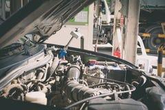 天然气车和头分配器对一辆汽车在汽油 免版税库存图片