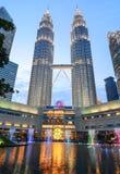 天然碱双塔在晚上在吉隆坡,马来西亚 库存照片