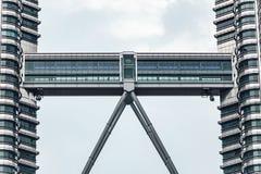 天然碱双塔连接的走廊在吉隆坡,马来西亚 库存照片