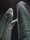 天然碱塔在晚上-摩天大楼透视 库存图片