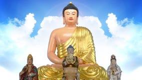 天狮Tan菩萨雕象有天空背景 库存照片