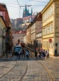 天生活在欧洲城市 人们穿过路 免版税库存图片
