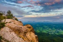 天的前光,白色岩石俯视 免版税库存图片