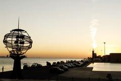 天的前阳光光芒,城市海岸线,夏天日落 免版税库存照片