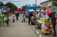 天的庆祝蜂蜜在俄国市Medyn, 2016年8月14日的卡卢加州地区 免版税库存照片