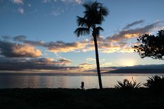 天的松弛结尾在毛伊的婴孩海滩的 免版税库存照片