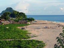 天的结尾在科摩罗的非洲村庄的海滩的 免版税库存图片