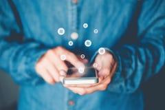 天秤座Cryptocurrency使用智能手机网络购物,Fintech和Blockchain概念的网路银行商人 库存图片