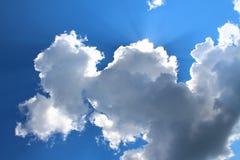 天空、太阳的云彩和光芒 免版税库存照片