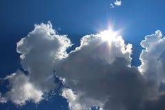 天空、太阳的云彩和光芒 免版税图库摄影