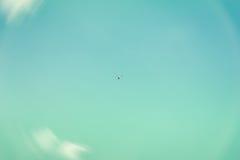 天空、美丽的绿松石或者天蓝色颜色,白色蓬松云彩纹理  在天空的上流飞行直升机,寄生虫 免版税库存照片