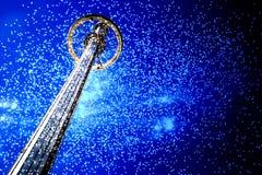 天空乘驾和烟花在晚上TX 免版税库存照片