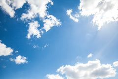 天空云彩、天空与云彩和太阳 库存照片