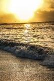 水天空云彩太阳日落日出海滩海洋海挥动光芒 图库摄影