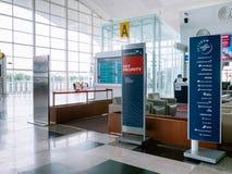 天空优先权休息室地区在机场登记处柜台前面的天合联盟 图库摄影