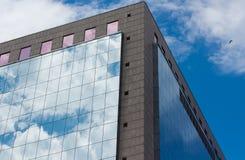 天空反射在现代大厦的 库存照片
