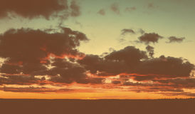 天空和云彩在橙色颜色树荫下  免版税图库摄影