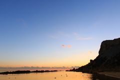 天空和云彩在沿海水域上镇静表面  免版税图库摄影