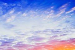 天空和云彩有柔和的淡色彩色的背景 库存图片