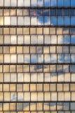 天空和云彩的反映在摩天大楼的门面的 免版税库存图片