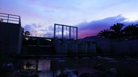 天空和云彩移动在水坝顶部 时间间隔 股票视频