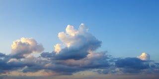 天空和云彩-蓝色天堂般的白天 库存图片