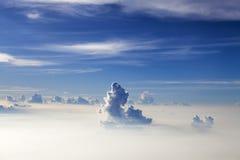 天空和云彩-蓝色天堂般的白天 库存照片
