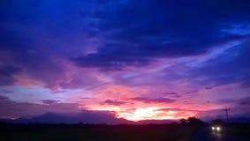 天空和多云在微明 免版税图库摄影
