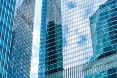 天空和大厦在一个现代摩天大楼被反射 免版税库存照片