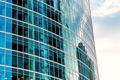 天空和大厦在一个现代摩天大楼被反射 库存照片