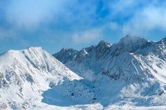 天空和山在冬天 免版税库存图片
