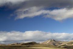 天空和山小山 免版税库存照片