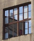 天空和工业塔的反射在窗口里 免版税库存图片