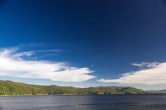 天空和森林Enisey河的 库存图片