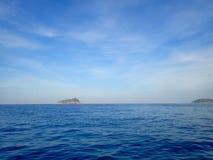 天空和海有海岛的 免版税库存图片
