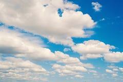 天空和白色云彩在迈阿密,美国 在蓝天背景的Cloudscape 天气和自然 自由和梦想概念 免版税库存图片