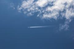 天空和airplan 免版税库存图片