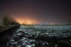 天空在一条路的晚上在冬天 库存图片