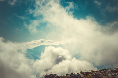 天空在山山顶神奇有雾的风景覆盖 免版税库存图片