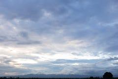 天空在晚上befor雨中 库存照片