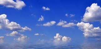 天空在海的背景中 库存图片