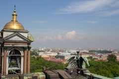 天空在5月是蓝色的在圣彼德堡 免版税库存图片